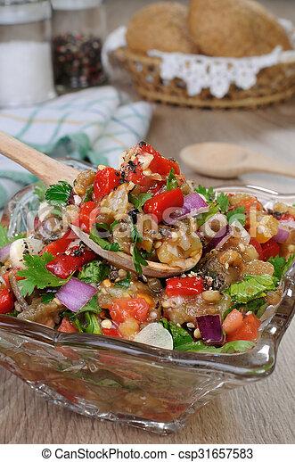 Ensalada de berenjena con verduras - csp31657583