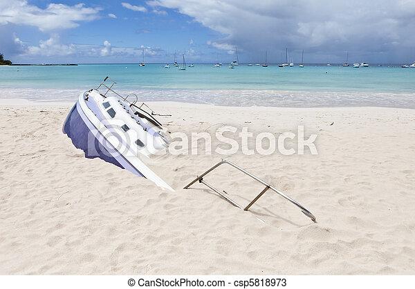 Barco de vela enterrado - csp5818973