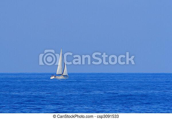 Un barco navegando por el océano - csp3091533