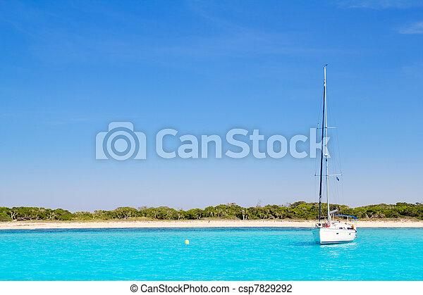 Un barco en la playa turquesa de Formentera - csp7829292