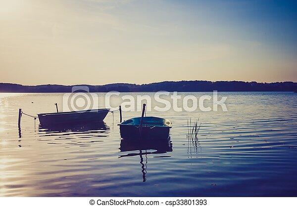 Un paisaje antiguo de lago con barcos. - csp33801393