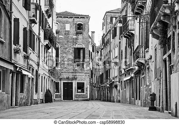 Calle en Venecia - csp58998830
