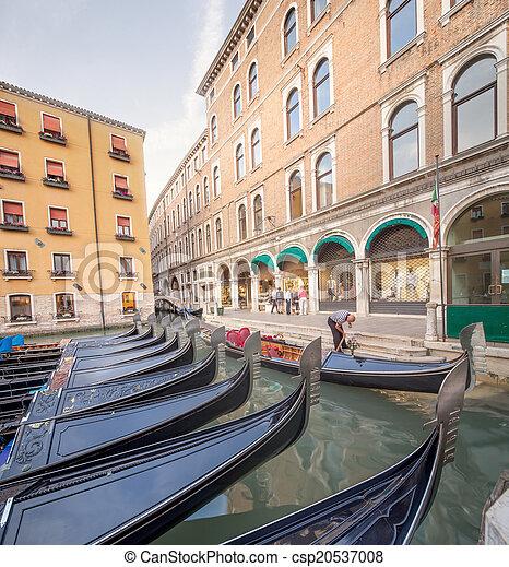 Estación de Gondola en Venecia - csp20537008
