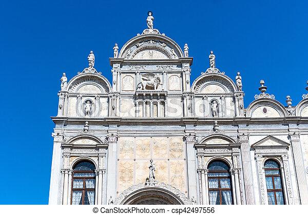 Scuola grande en Venecia (Italia) - csp42497556
