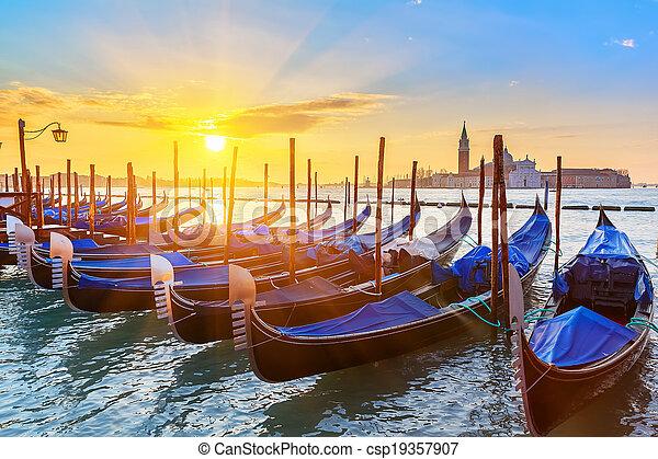 Gondolas venecianas al amanecer - csp19357907