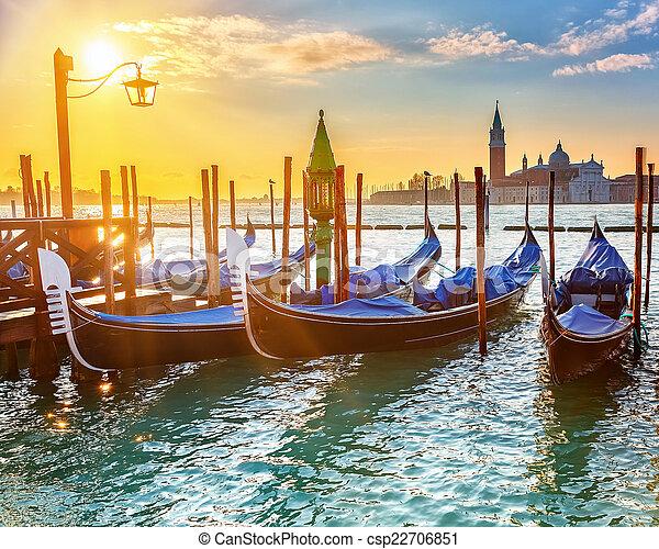 Gondolas venecianas al amanecer - csp22706851