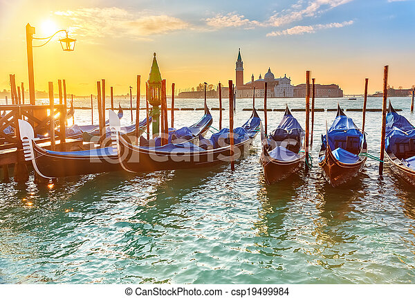 Gondolas venecianas al amanecer - csp19499984