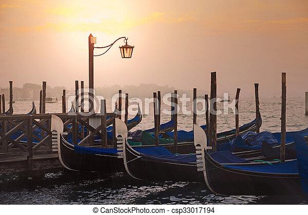 veneciano, góndolas, venecia, salida del sol - csp33017194