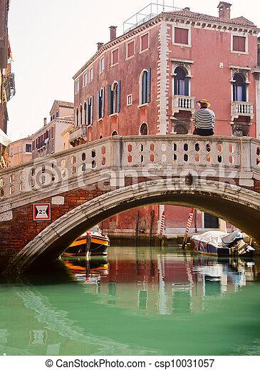 Gondolier veneciano esperando a los pasajeros - csp10031057