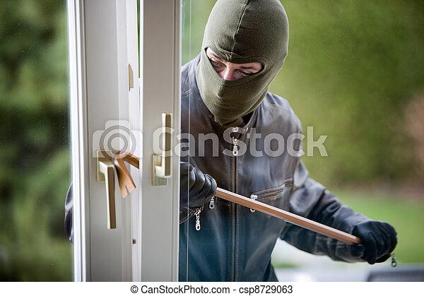 Un ladrón en una ventana - csp8729063