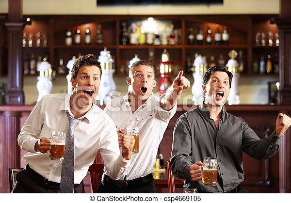 Fans en el pub - csp4669105