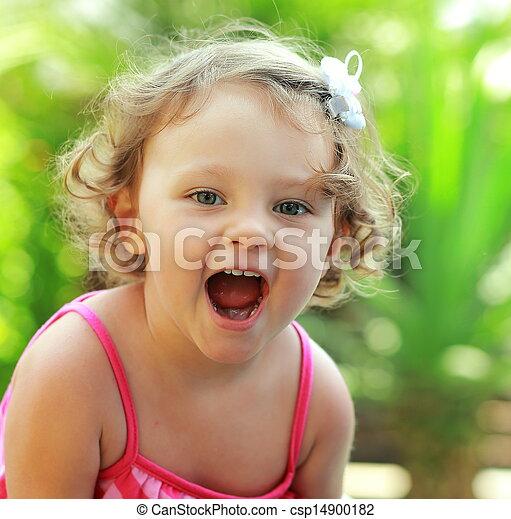 Alegría de bebé feliz con la boca abierta al aire libre de fondo de verano. Primer plano - csp14900182