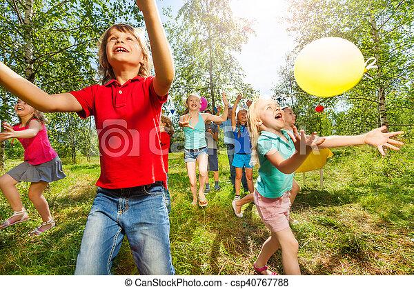Verano Al Aire Libre Ninos Globos Juego Feliz Verano Al Aire