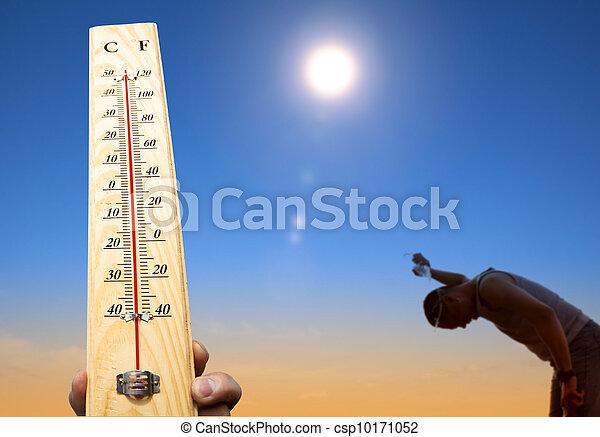 Un hombre tirando agua sobre su cabeza por enfriarse bajo el calor y el cielo de verano - csp10171052