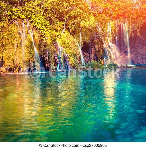 Colorida mañana de verano en el parque nacional de lagos flexibles. - csp27605905