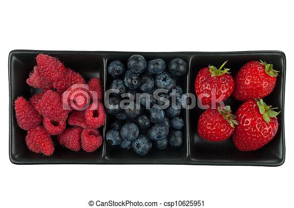 Frutas de verano en plato, aisladas sobre fondo blanco - csp10625951