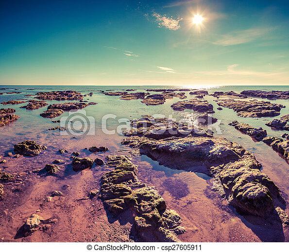 Colorida mañana de verano en la playa de Giallonardo - csp27605911