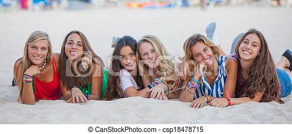 Grupo de carreras mixtos de felices adolescentes de verano - csp18478715