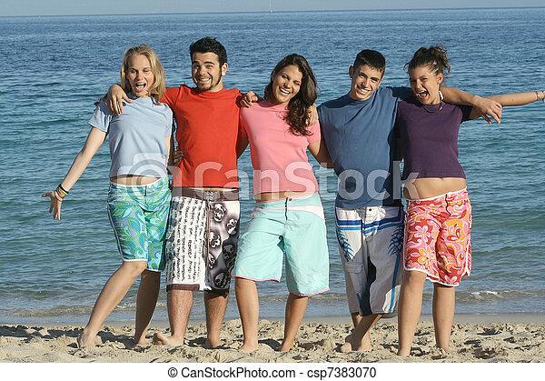 Un grupo de estudiantes en verano o vacaciones de primavera o vacaciones en la playa - csp7383070