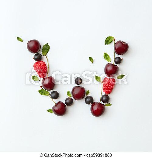 Fresas de verano, patrón de letra W alfabeto inglés de bayas maduras naturales, grosellas negras, frambuesas, hoja de menta aislada en un fondo blanco. - csp59391880