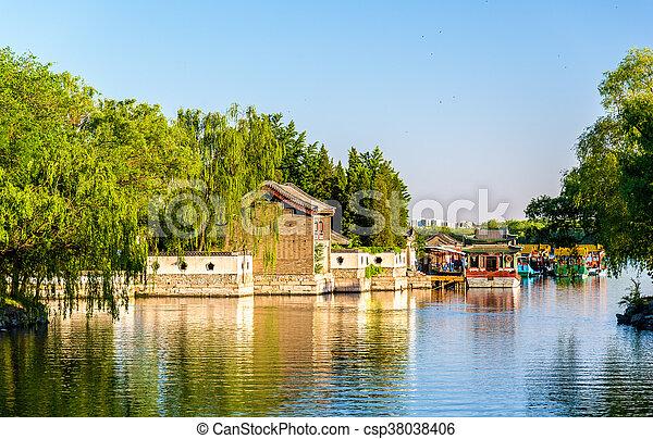 El lago Kunming en el palacio de verano en Beijing - csp38038406