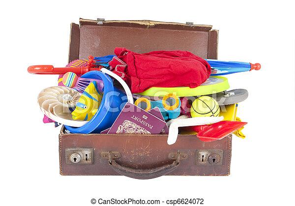Una maleta abierta llena de vacaciones de verano o cosas de vacaciones - csp6624072