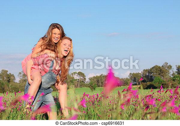 Feliz primavera sonriente o cerdito de verano a los adolescentes - csp6916631