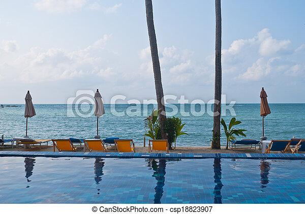 Bonita piscina tropical al lado del mar, verano en Koh Samui - csp18823907