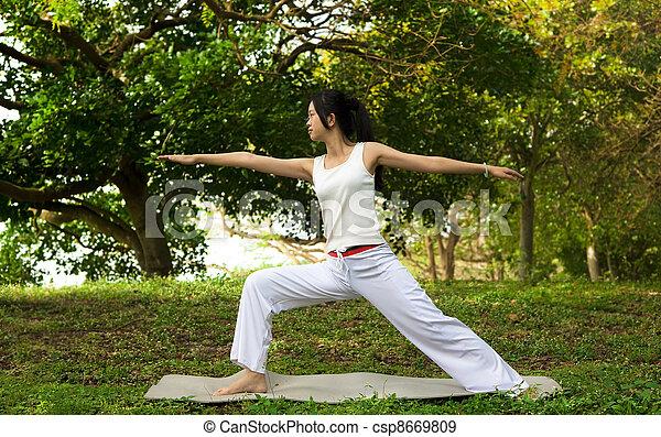 Mujer yoga en césped verde - csp8669809