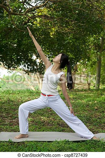 Mujer yoga en césped verde - csp8727439