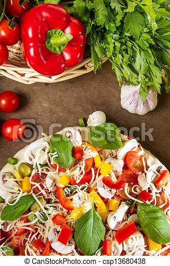Hacer pizza casera con verduras frescas - csp13680438