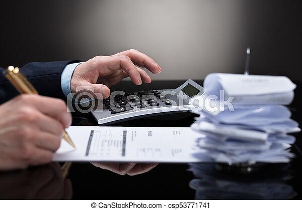 Hombre de negocios comprobando la factura - csp53771741