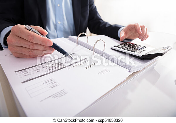 Hombre de negocios comprobando factura con calculadora - csp54053320