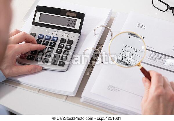 Hombre de negocios comprobando factura con calculadora - csp54251681