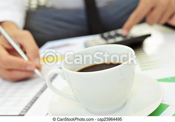 Un joven revisando cuentas - csp23964495