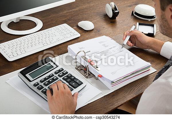 Hombre de negocios comprobando factura con calculadora - csp30543274