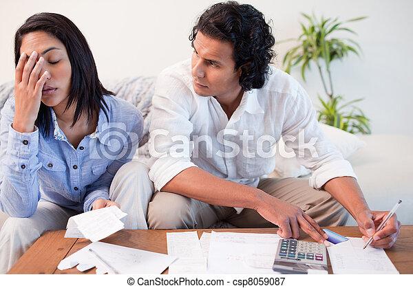 Una pareja revisando sus cuentas - csp8059087