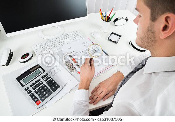 Hombre de negocios comprobando factura con lupa - csp31087505