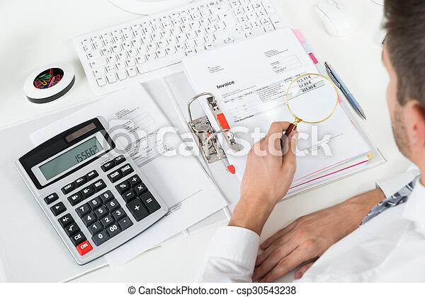 Hombre de negocios comprobando factura con lupa - csp30543238