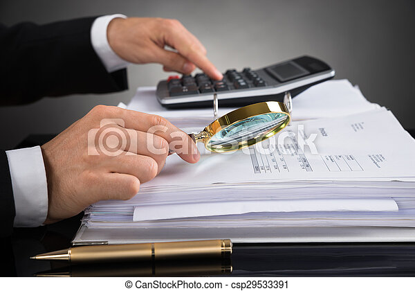 Hombre de negocios revisando factura con lupa - csp29533391