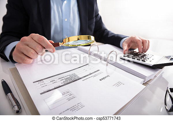 Hombre de negocios revisando la factura a través de una lupa - csp53771743