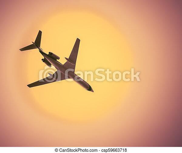 Airliner im wolkenlosen heißen Himmel - csp59663718