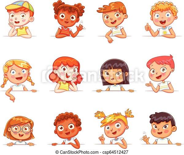 Kinder verschiedener Nationalitäten und verschiedene Gesten mit leerem weißem Brett - csp64512427