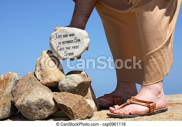 Hombre sujetando piedra con verso de la Biblia John 8:7 - csp0961116