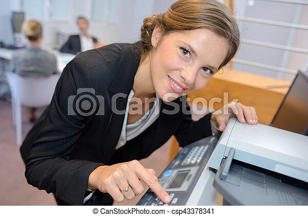 verticaal, vrouw, fotokopieerapparaat, gebruik - csp43378341