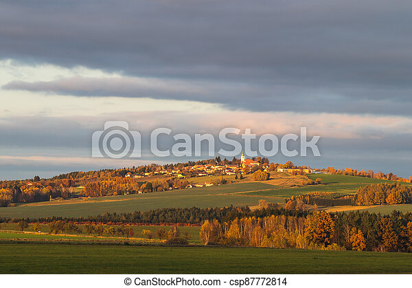 vesnice, autumn krajina, kopec - csp87772814