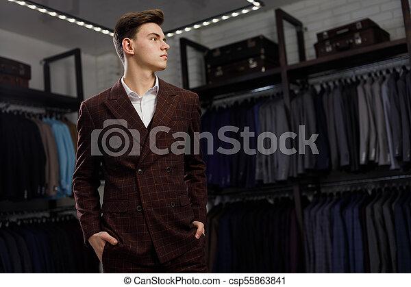 vest, jacket., shop., roeien, foto, het proberen, classieke, kleren, informatietechnologie, tegen, jonge, toonzaal, reclame, man, modieus, zakenman, kostuums, posing. - csp55863841
