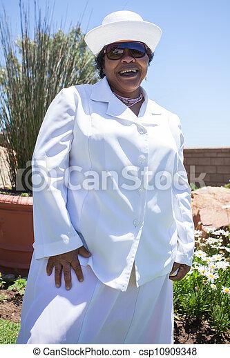 Una Dama Vestida De Blanco Con Una Sonrisa Una Dama Vestida