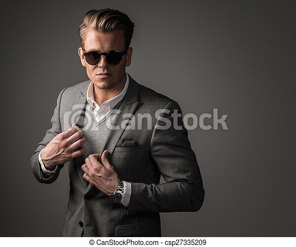 Un hombre vestido con traje negro - csp27335209