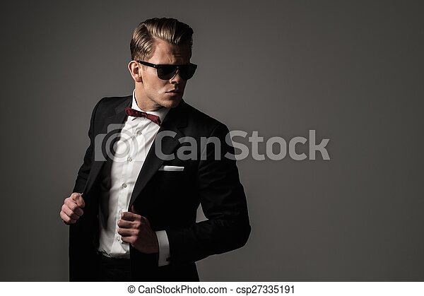 Un hombre vestido con traje negro - csp27335191